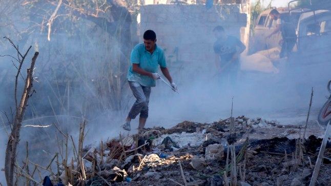 Pommitamise järel: elanikud üritavad tulekahjusid liiva kühveldades kustutada
