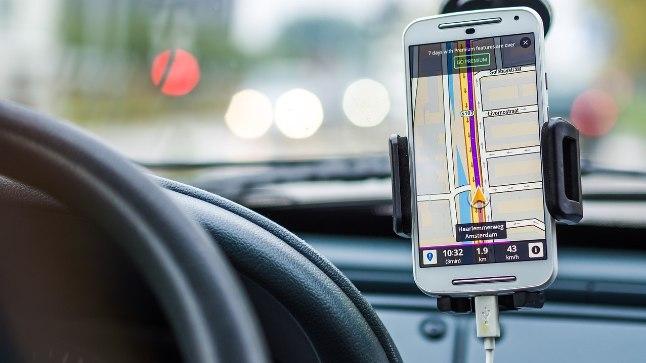 Paljudel on sõidu ajal nutitelfon nägemisulatuses