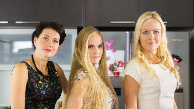 """KOLM ÕDE: """"Pilvede all"""" sõsarad (vasakult) Mari (Elisabet Reinsalu), Kertu (Liis Haab) ja Piret (Inga Lunge)."""