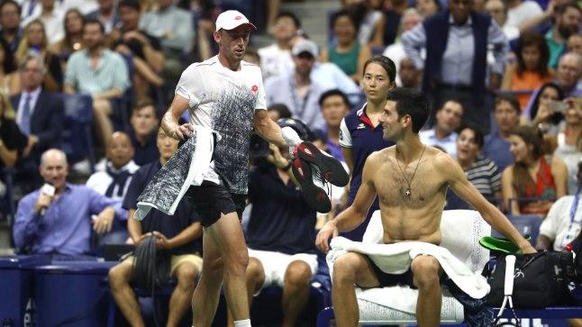 John Millman (vasakul) seletab Novak Djokovicile, et peab minema pükse vahetama.