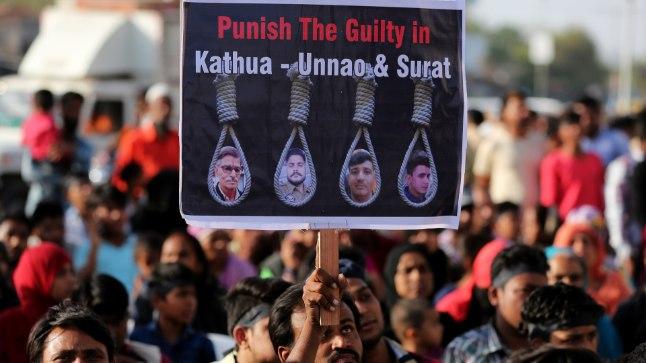 PROTEST: Inimesed reageerivad Indias seksuaalkuritegudele meeleavaldustega, millel nõutakse süüdlastele karmi karistust.
