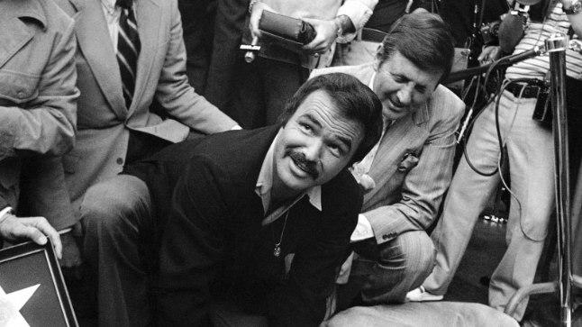 Burt Reynolds 1978. aastal poleerimas oma tähte Hollywoodi kuulsuste alleel. Täna upub see täht tema mälestuseks toodud lillede alla.