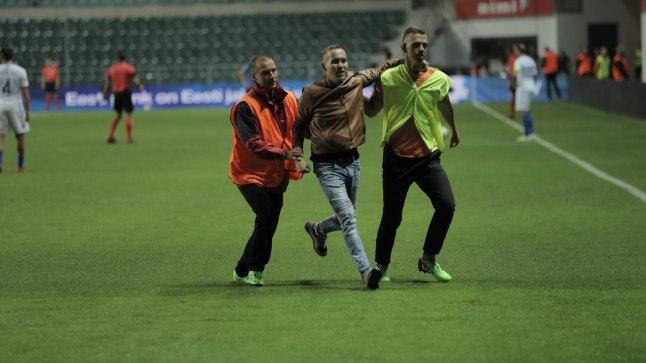 Eesti ja Kreeka mängu ajal jooksis väljakule pealtvaataja.