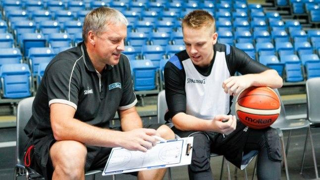Eesti korvpallikoondise peatreener Tiit Sokk peab selle nädala valikmängudes hakkama saama poja Sten Soku abita, kes valmistub Saloniki Iraklisega Kreeka esiliiga hooajaks.