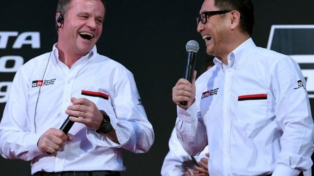 Tommi Mäkinen (vasakul) koos Toyota presidendi Akio Toyodaga.