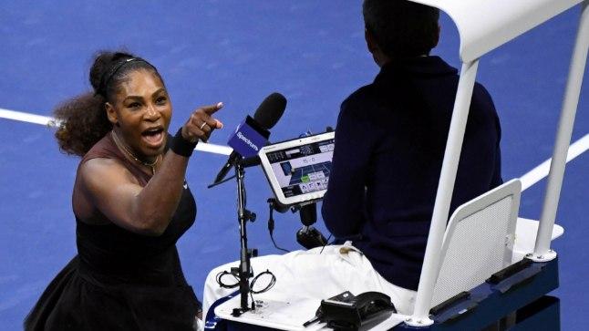 Serena Williams kohtunikuga vaidlemas.