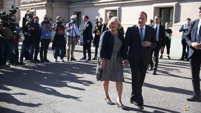 Teel valima: Võitu lootev peaminister Stefan Löfven koos abikaasa Ullaga teel valimisjaoskonda ajakirjanike saatel.