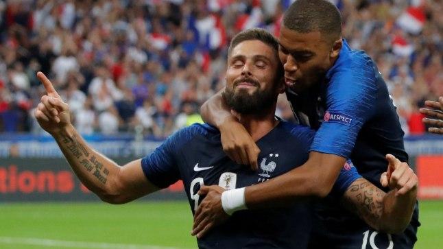 Kylian Mbappe (üleval) rõõmustaas koos Olivier Giroud'ga.