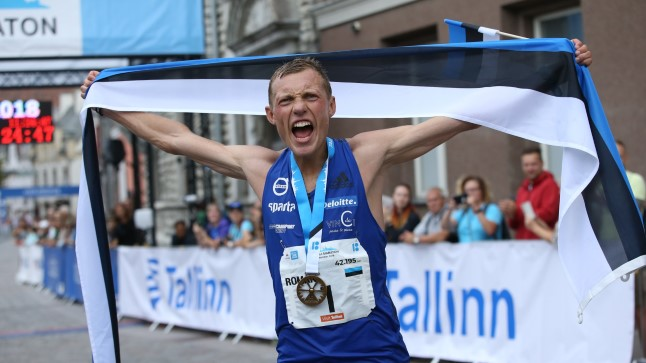 Roman Fosti Tallinna maratoni võitjana finišis.