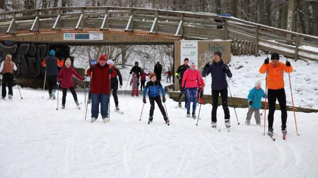 Suusatajad Nõmme spordikeskuse kunstlumeringil mullu jaanuaris.