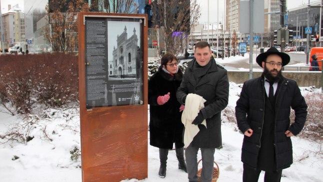 Alla Jakobson, Vladimir Svet ja Shmuel Kot mälestustahvli juures.