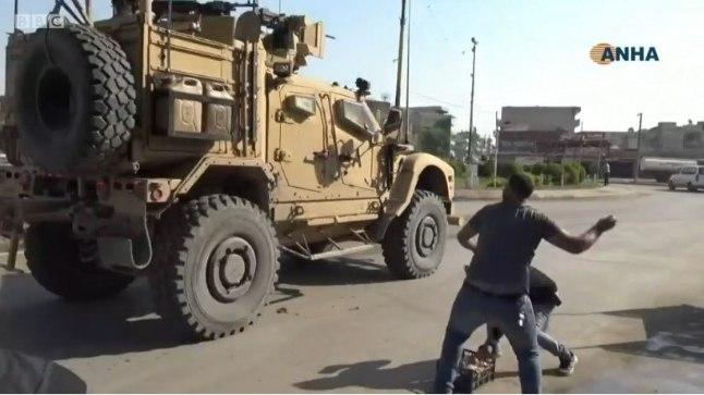 VIDEO | Süüria kurdid loobivad lahkuvaid ameeriklasi kartulitega