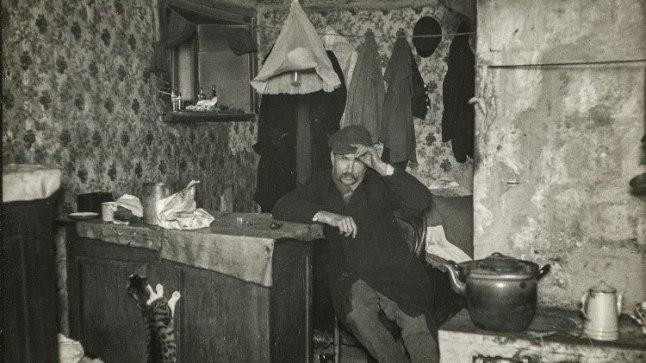 Hans Soosaare foto Väike-Patarei 2-7 elanikust Jürist, kes elab vigase jalaga pimedas keldrikorteris.