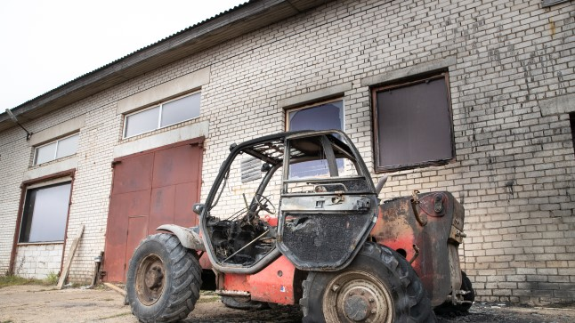 Tõstuk-laadur süütas töökoja ja auto