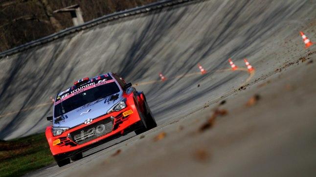 VIDEO   Thierry Neuville põrutas sõuüritusel Hyundai WRC-masinaga seina
