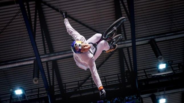 GALERII   BMX-ratturid näitasid rahvale kaelamurdvaid trikke