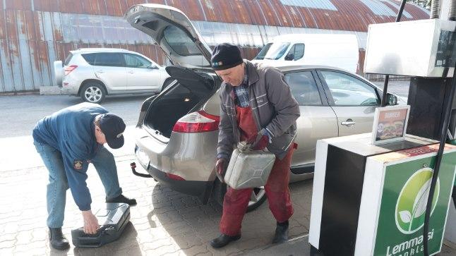Biolisandi tõttu mures autoomanikud varusid bensiini hoopis muruniidukitele