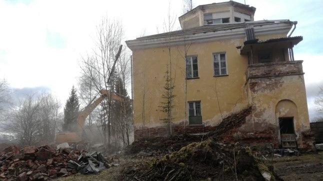 Märtsis tekitas palju poleemikat Tartu Raadi omaaegse sõjaväelennuvälja pervel seisnud stalinistlikus stiilis lennujuhtimiskeskuse lammutamine. Tartu vald pidas hoone lammutamist möödapääsmatuks, kuna see ei olnud muinsuskaitse all, muinsuskaitsjad leidsid, et selle võinuks miljööväärtusliku maamärgina siiski säilitada, et liita killuke ajalugu uusarendustesse.