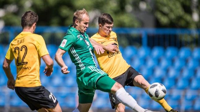 Mullu mängis Pärnu Vaprus (kollases, pildil kohtumises I Levadiaga) jalgpalli Eesti meistriliigas, kuhu klubi loodab võimalikult kiiresti naasta.