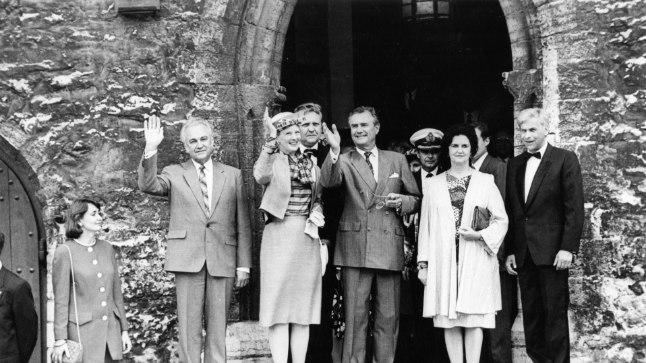 Margrethe II (kübaraga) käis Eestis riigivisiidil ka 1992. aasta juulis. Pildil on ta koos Arnold Rüütli ja Tallinna toonase linnapea Jaak Tammega Tallinna vanalinnas raekoja ees.