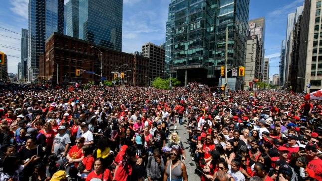 VIDEO | Toronto Raptorsi võiduparaadil leidis aset tulistamine, neli inimest sai vigastada