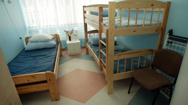 Kriisikodu toad on 3-4 kohalised ja seetõttu peab arvestama, et samasse tuppa paigutatakse ka teine naine. Vooditarbed, köögi ja vannitoa kasutamise võimalus kuulub majutuse juurde.