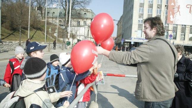 Linnalehe töötajad jagasid lehe 10. sünnipäeva puhul Linnalehti ja õhupalle.