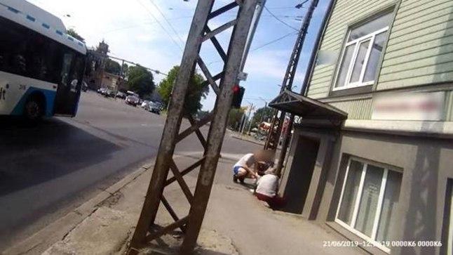 Möödasõitvad ratturid päästsid trepist kukkunud vanuri