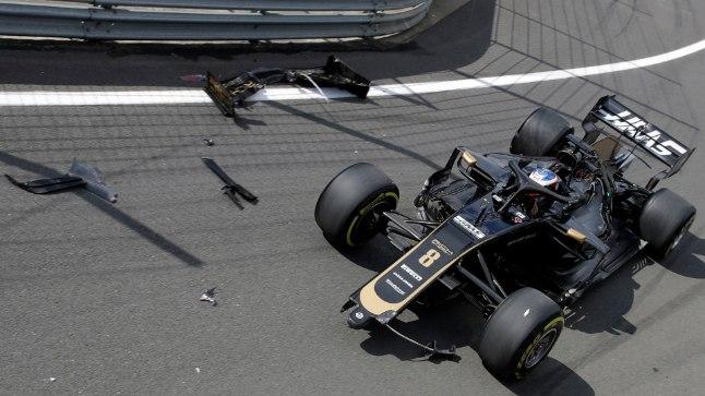 VIDEO   Absurdne avarii: F1 piloot ei suutnud aeglasel kiirusel masinat boksiteelt välja toimetada ja lõhkus esitiiva
