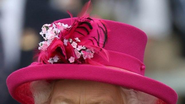 Näppa moenippe staarilt: kuninganna Elizabeth on pärlitele truu nii kõrvas, kaelas kui ka rinnas