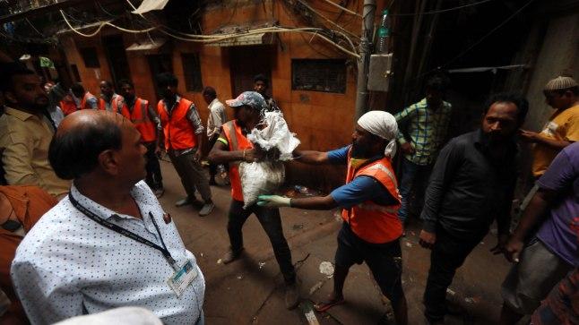 NAABRID TULID APPI: rahvas moodustas Mumbai majavaringu lõksu jäänute päästmiseks inimketi