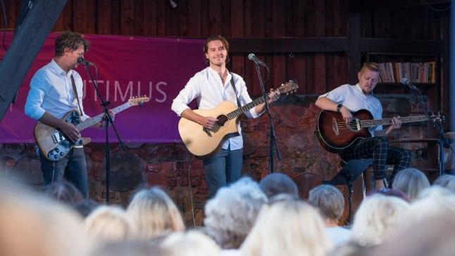 """VIDEO   Nunnumeeter põhja: pisike fänn tormas lavale koos Stigi ja Victoriga """"Stormi"""" laulma"""