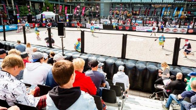 Tänavahokis on märgistatud mängualal mõlemast meeskonnast korraga väljakul viis mängijat ja väravavaht, üks kohtumine kestab 2x10 minutit.