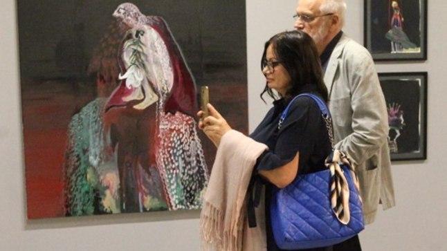 PILDID   Staarkunstnik Jüri Arrak käis koos oma noore elukaaslasega uudistamas kunstinäitust, mis on alla 18-aastastele keelatud