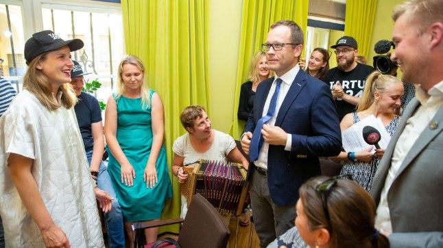 Tartu kultuuripealinna meeskond lõi kolmapäeval ministeeriumi pressikonverentsi järel valla võidupeo.