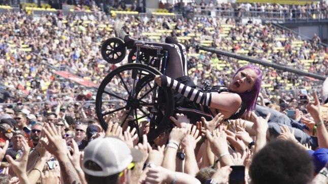 """Tuleva nädala neljapäeval kell 19 algab Athena keskuses dokumentaalfilmi """"Elagu rock!"""" maailma esilinastus. Film on valminud selliste rokisauruste nagu Metallica, Guns N' Roses, Korn, Rob Zombie jpt osalusel."""