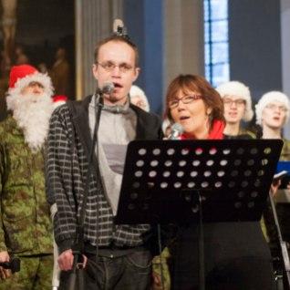 Tänaval elades varbad kaotanud kodutu laulis jõulujumalateenistusel koos Reet Linnaga