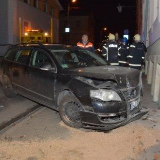 FOTOD | Rakveres sõitis Volkswagen vastu linnavalitsuse maja seina