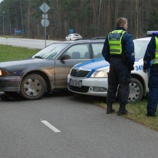 <font color=&quot;#d30008&quot;>GALERII  </font> Politsei rammis nende eest põgenenud autojuhi teelt välja
