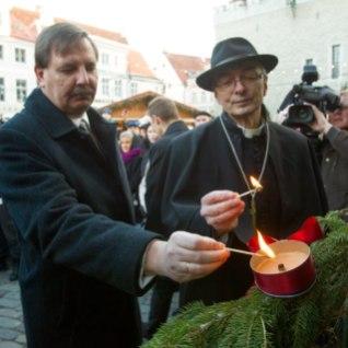 <font color=&quot;#d30008&quot;>FOTOD |</font> Tallinna Raekoja platsil süüdati esimene advendiküünal