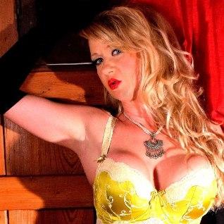 FOTOD: skandaalne modell pühkis erootikaajakirja veergudel tolmu maha prints Harryga veedetud kireöö memuaaridelt