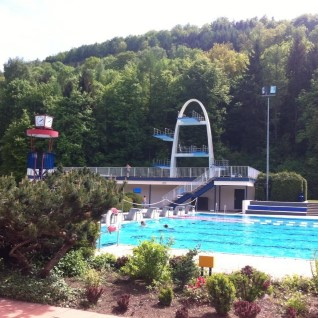 SURMAHÜPE: mehed hüppasid väliujula tornist tühja basseini