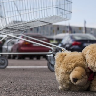 Laps kukkus ostukärust. Ei hinga! Mis ma teen?