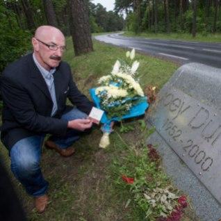 GALERII   Belfasti Crusadersi jalgpallimeeskonnaga Tallinnasse saabunud delegatsioon mälestas Joey Dunlopit