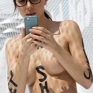 Eiffeli torni juures alasti poseerinud kunstnik pisteti pokri
