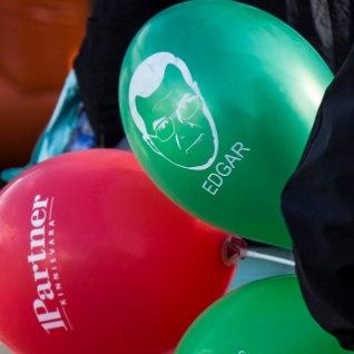 GALERII | Lasnamäe päeva ilmestasid Savisaare näopildiga õhupallid