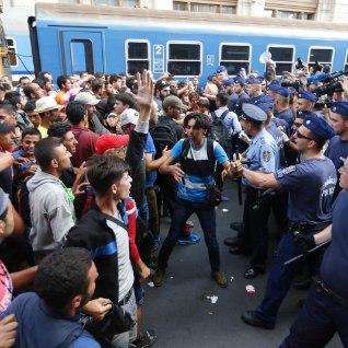 GALERII   Vaksalist väljakihutamine ajas migrandid Budapestis mässama