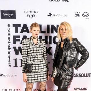 <font color=&quot;#af3399&quot;>STAARISTIIL:</font> supermodell Alexandra Elizabeth Ljadov kannab uhkusega ema ülikonda
