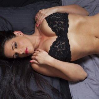 MINE VÕI PÖÖRASEKS: seksikas modell, kes võrgutab sind punasesse kinkepaela mähitult...