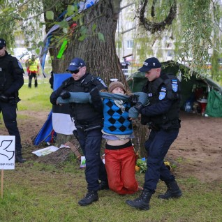 <font color=&quot;#d30008&quot;>ÕHTULEHE VIDEO I</font> Vaata, kuidas politsei puu-kallistajast lipulehvitaja kongi pistis
